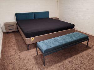 Showroommodel - grijs eiken ledikant met 2 nachtkastjes en bankje - maat 180x200