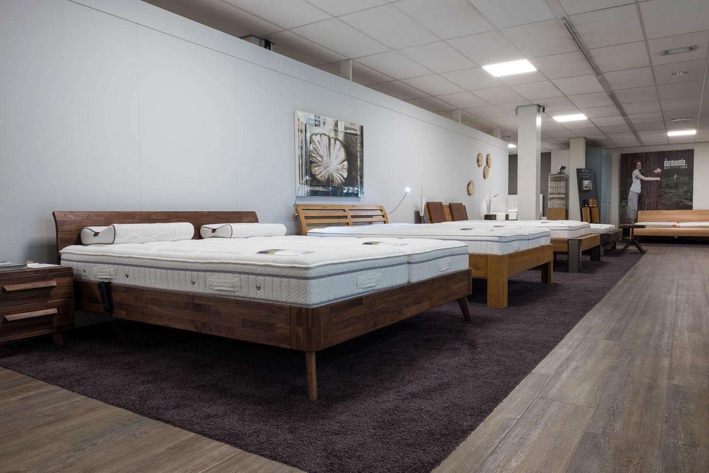 Indruk showroom massief houten bedden